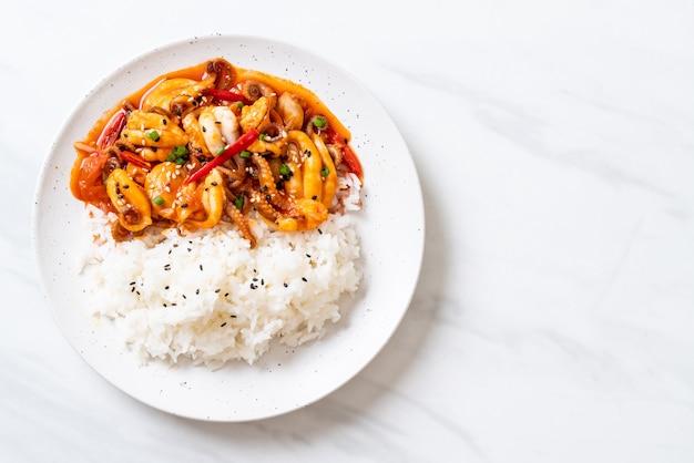 タコまたはイカの炒め物と韓国のピリ辛ペースト(osam bulgogi)とご飯