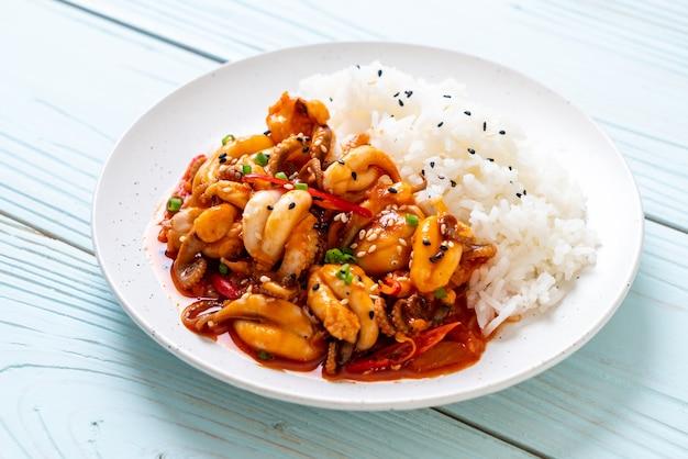 Жареный осьминог или кальмар и корейская острая паста (osam bulgogi) с рисом