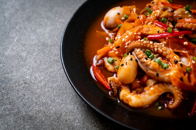 한국산 매운 페이스트를 곁들인 볶음 문어 또는 오징어 (osam bulgogi)