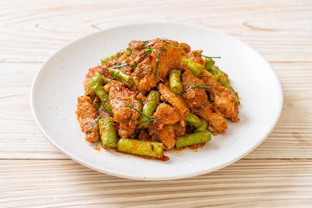 豚肉の炒め物とレッドカレーペーストを刺豆で炒める-アジア料理スタイル
