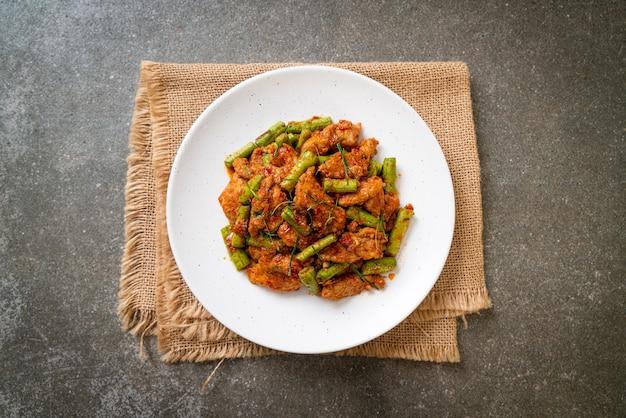 Жареная свинина и паста из красного карри с фасолью - азиатская кухня