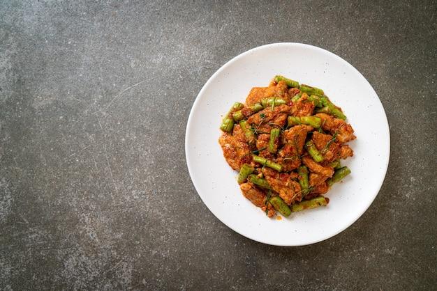 豚肉の炒め物とレッドカレーペーストを刺し豆で炒めます