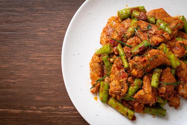 豚肉の炒め物とレッドカレーペーストをスティングビーンで炒めます