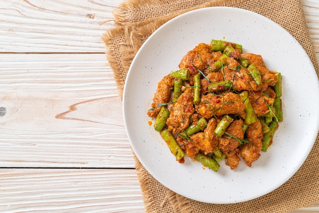 Stir fried pork and red curry paste with sting bean