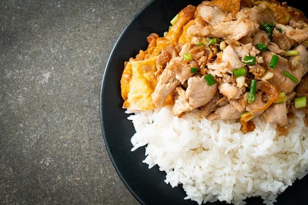 にんにくと卵をご飯にのせて炒めた豚肉-アジア料理スタイル
