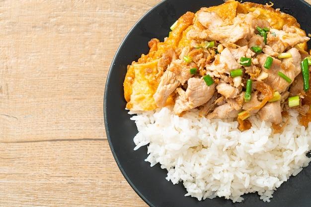 Жареная свинина с чесноком и яйцом, покрытая рисом - азиатская кухня