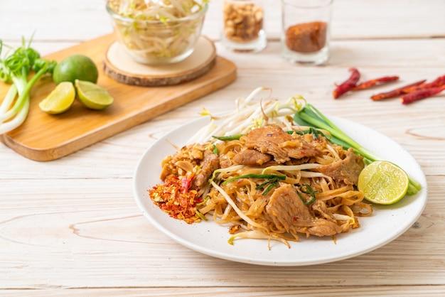 돼지 고기를 곁들인 아시아 풍 볶음밥