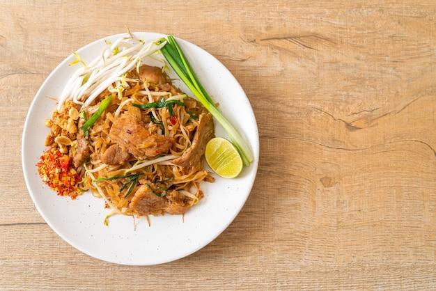 アジアンスタイルの豚肉炒めビーフン