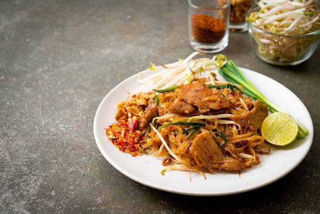 Жареная рисовая лапша со свининой по-азиатски