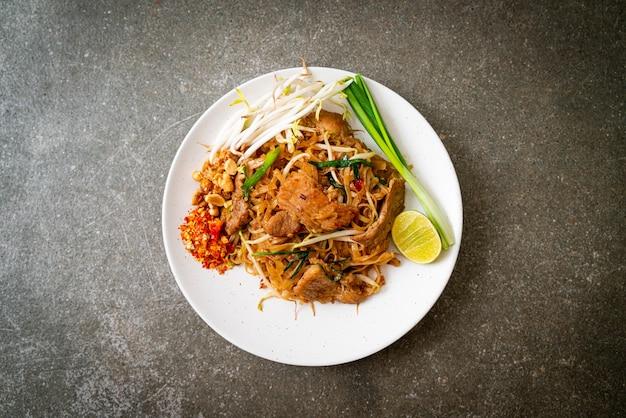 Жареная рисовая лапша со свининой