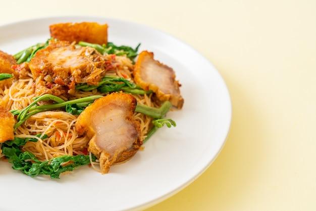カリカリの豚バラ肉とビーフンとミズオジギソの炒め物-アジア料理スタイル