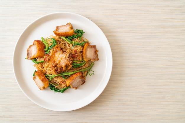 Жареная рисовая вермишель и водная мимоза с хрустящей свиной грудинкой