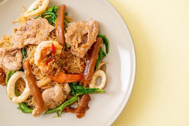 ビーフンとミズオジギソの炒め物とミックスミート-アジア料理スタイル