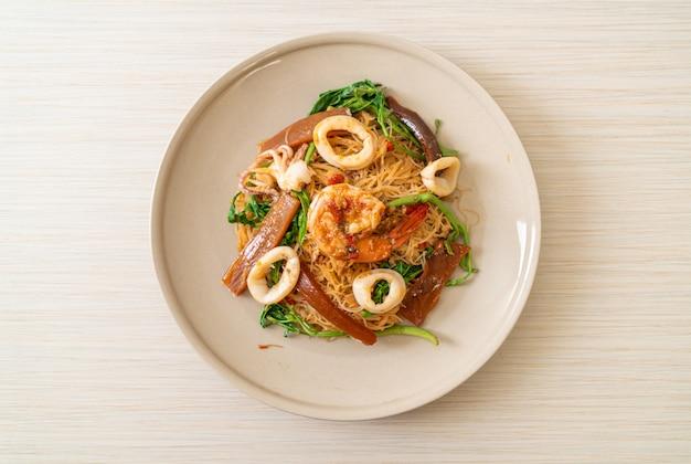 Жареная рисовая вермишель и водная мимоза с морепродуктами