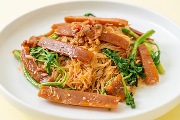 쌀국수와 물 미모사 볶음 오징어 절임-아시아 음식 스타일