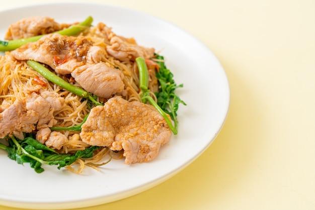 Жареная рисовая вермишель и водяная мимоза со свининой - азиатский стиль еды
