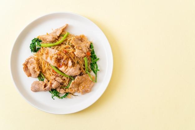 Жареная рисовая вермишель и водная мимоза со свининой
