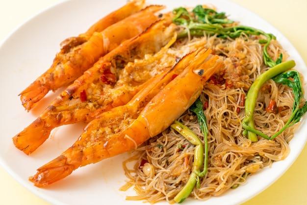 Жареная рисовая вермишель и водяная мимоза с речными креветками