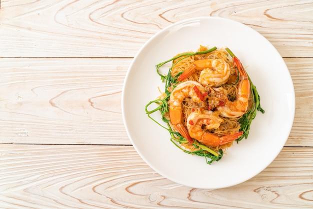 Жареная рисовая вермишель и водяная мимоза с креветками