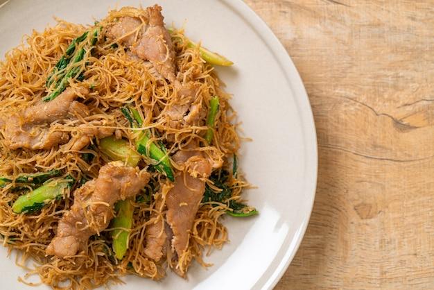 Жареная рисовая вермишель с лапшой с черным соевым соусом и свининой - азиатская кухня