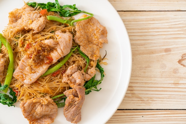 Stir-fried rice vermicelli and water mimosa with pork