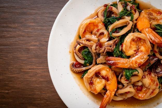タイのバジル、アジア料理スタイルのシーフード炒め(エビとイカ)