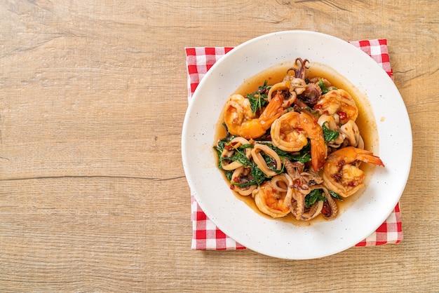 Жареные морепродукты (креветки и кальмары) с тайским базиликом - азиатская кухня