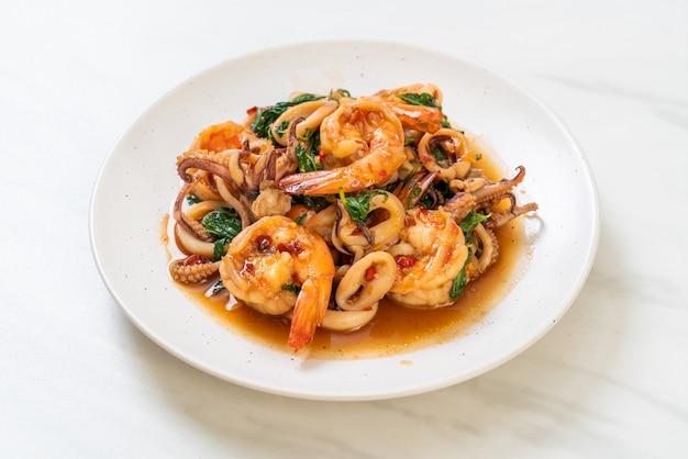 Жареные морепродукты с тайским базиликом