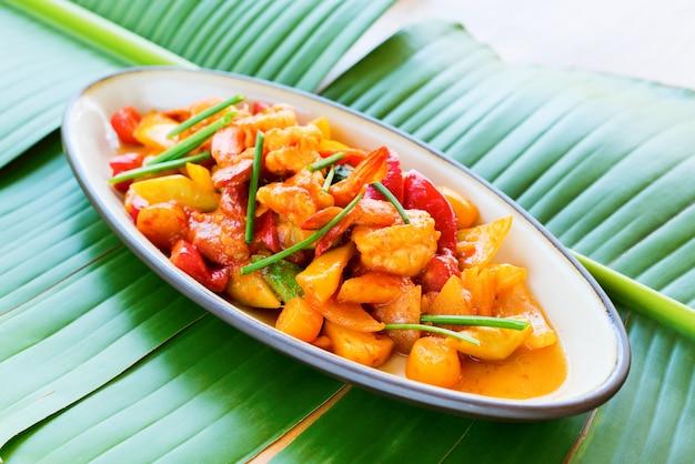 Жареные креветки с кисло-сладким соусом банановый лист