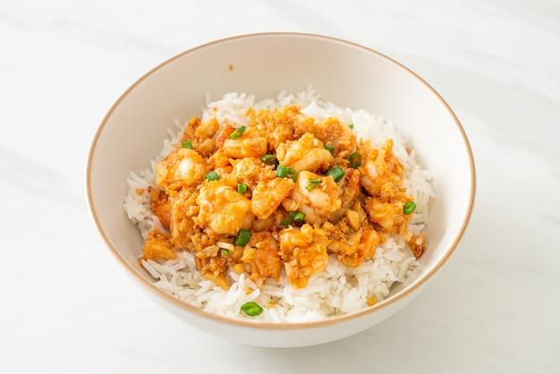 Жареные креветки с чесноком и пастой из креветок миска для риса