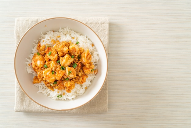Жареные креветки с чесноком и пастой из креветок рисовая миска