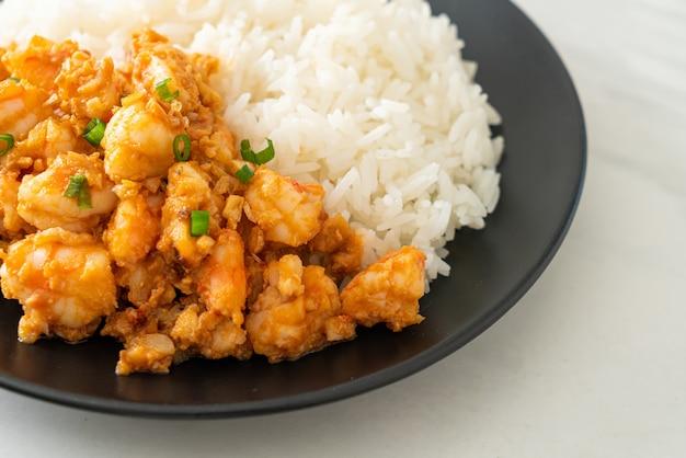 Жареные креветки с чесноком и паста из креветок с рисом