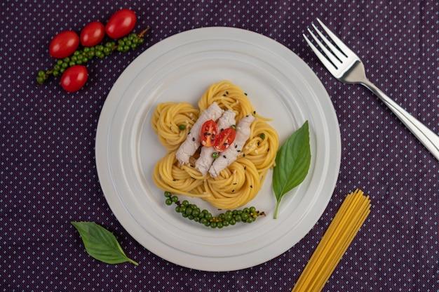 スパゲッティと豚肉の炒め物を白いお皿に美しくアレンジ。