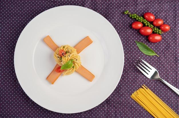 白い皿に美味しくアレンジしたスパゲティ炒め。