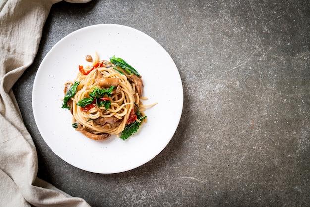 닭고기와 바질을 곁들인 볶음 스파게티-퓨전 음식 스타일