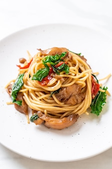 Stir-fried spaghetti with chicken and basil - fusion food style
