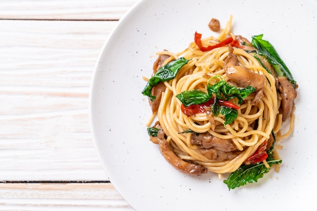 Stir-fried spaghetti with chicken and basil