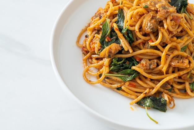 Жареные спагетти с пастой из моллюсков и чили - стиль фьюжн