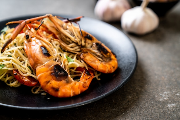 Stir-fried spaghetti with grilled shrimps and tomatoes