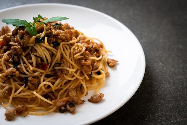 Жареные спагетти с рубленой свининой и базиликом