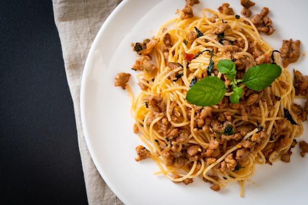 Stir-fried spaghetti with minced pork and basil