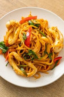 소금에 절인 계란과 오징어를 곁들인 스파게티 볶음-퓨전 음식 스타일