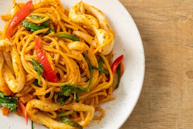 소금에 절인 계란과 오징어 볶음 스파게티 - 퓨전 음식 스타일