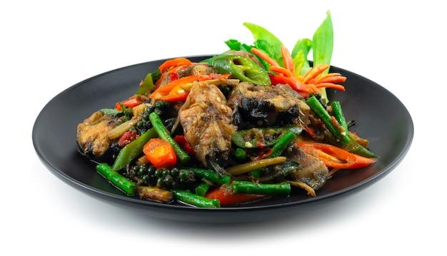 唐辛子と野菜の側面図を刻んだハーブタイ料理(パドチャ)の装飾が施されたスパイシーなナマズの炒め物