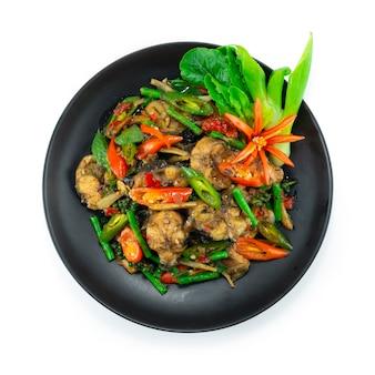 唐辛子と野菜のトップビューを刻むハーブタイ料理(パドチャ)の装飾とスパイシーなナマズの炒め物