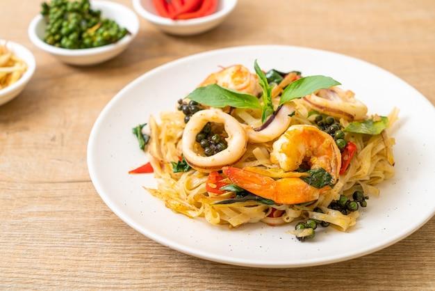 Жареная острая лапша с морепродуктами (pad cha talay) - стиль тайской кухни