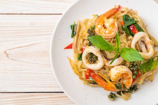スパイシーヌードルとシーフードの炒め物(pad cha talay)-タイ料理スタイル