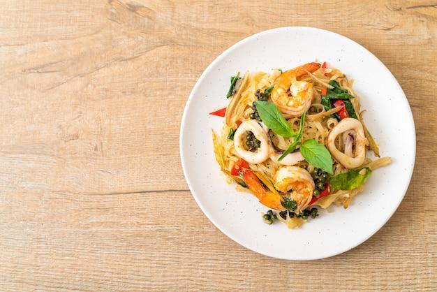 해물 (pad cha talay)과 함께 튀긴 매운 국수 볶음-태국 음식 스타일
