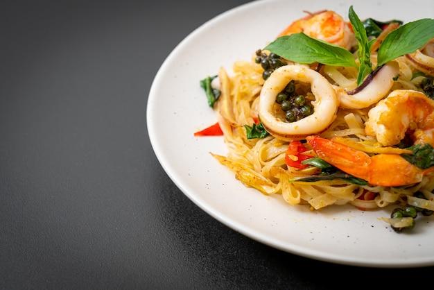 スパイシーな麺をシーフードで炒めたもの(pad cha talay)-タイ料理スタイル