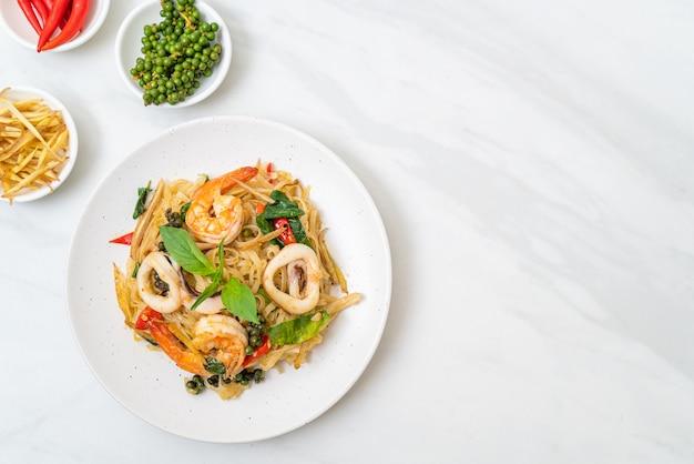 해산물과 함께 튀긴 매운 국수 (pad cha talay) - 태국 음식 스타일